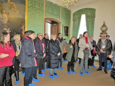The guide gives her commentary in one of the palace halls.