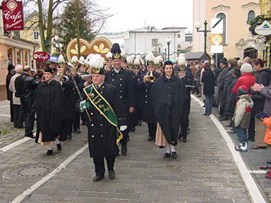 led by the 'Salinen Kapelle', the colourful parade moves off!
