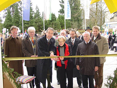 it is the solemn but relaxed moment of the 'cutting of the ribbon' by Christiane Keller and Klaus Enengl, surrounded by dignitaries.