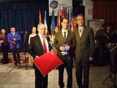 Roman David Tauber has just presented the flag to Filipe Rocha (centre) watched by Klaus Enengl, AEHT President.